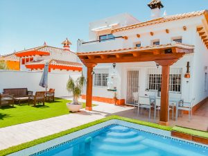 Modern 4 bedroom detached villa with pool