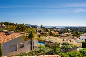 Large immaculate villa with sea views